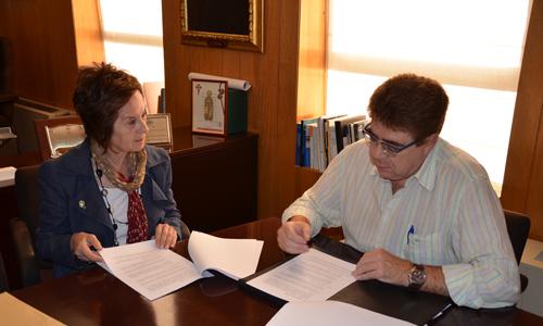 La Dra. Juana María Román, presidenta de la Fundación Amazonia y el Dr. Antoni Bennasar, presidente del Comib, durante la firma del convenio de colaboración.