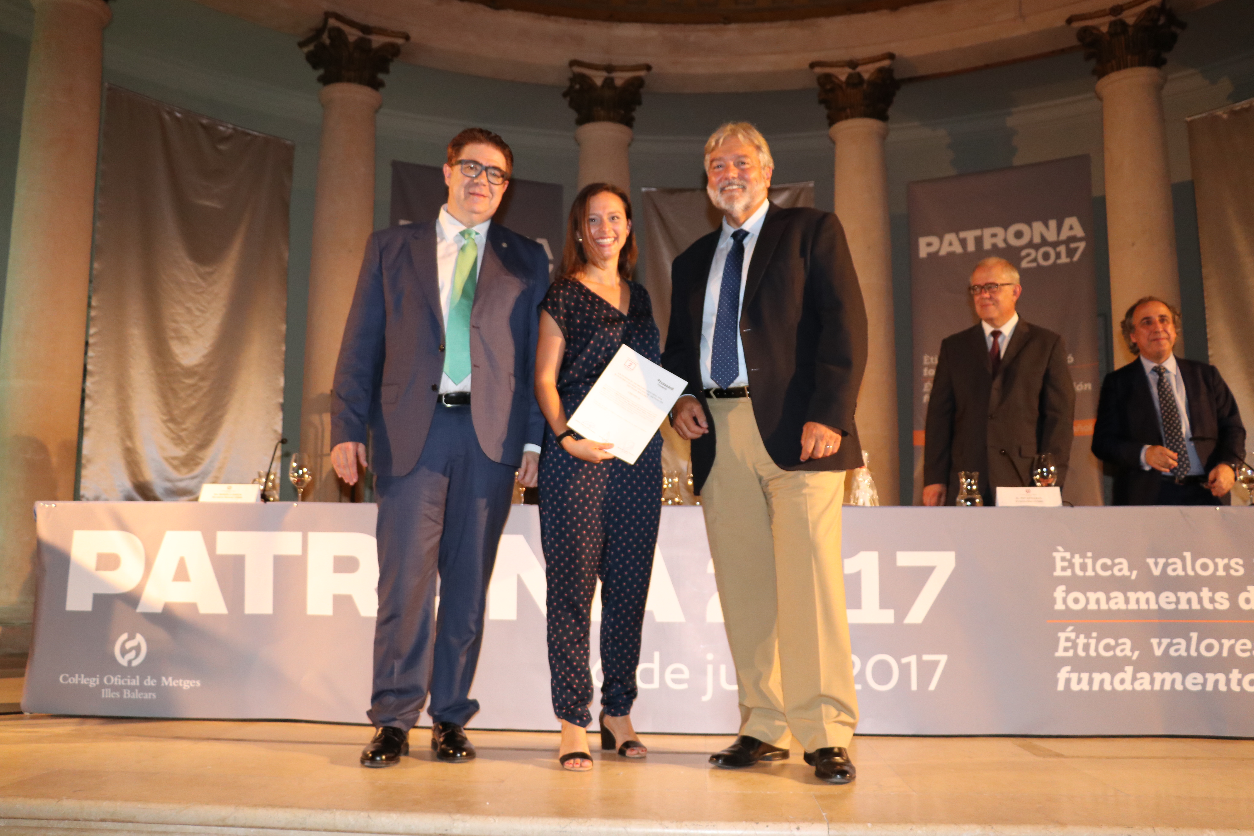 BS 1 La Dra. Marta Mariscal recogio la beca de la Dra. Montserrat Massot Rubio