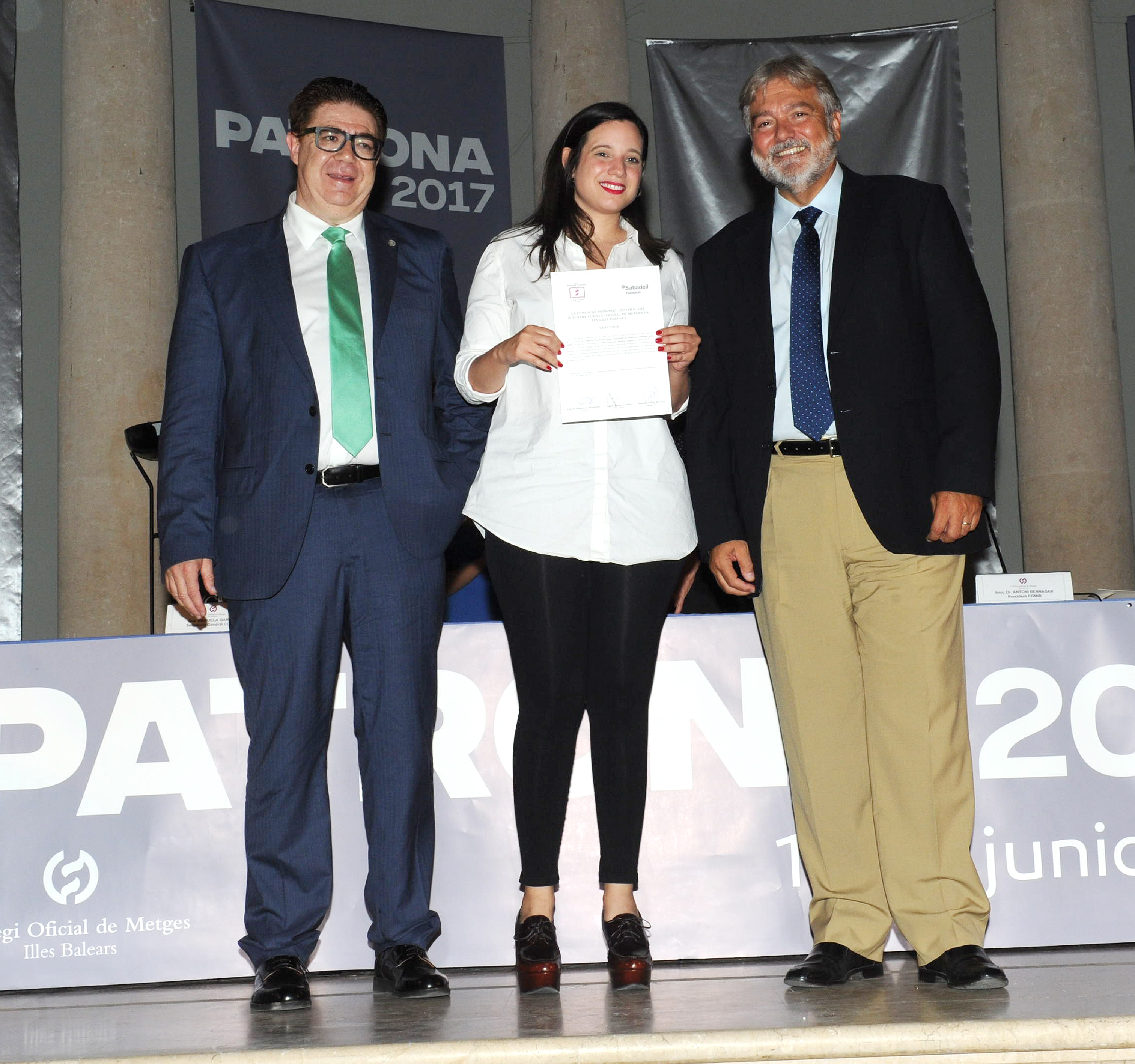 Paola Sambo recogió la-beca de la Dra. Carmen-Muñoz López