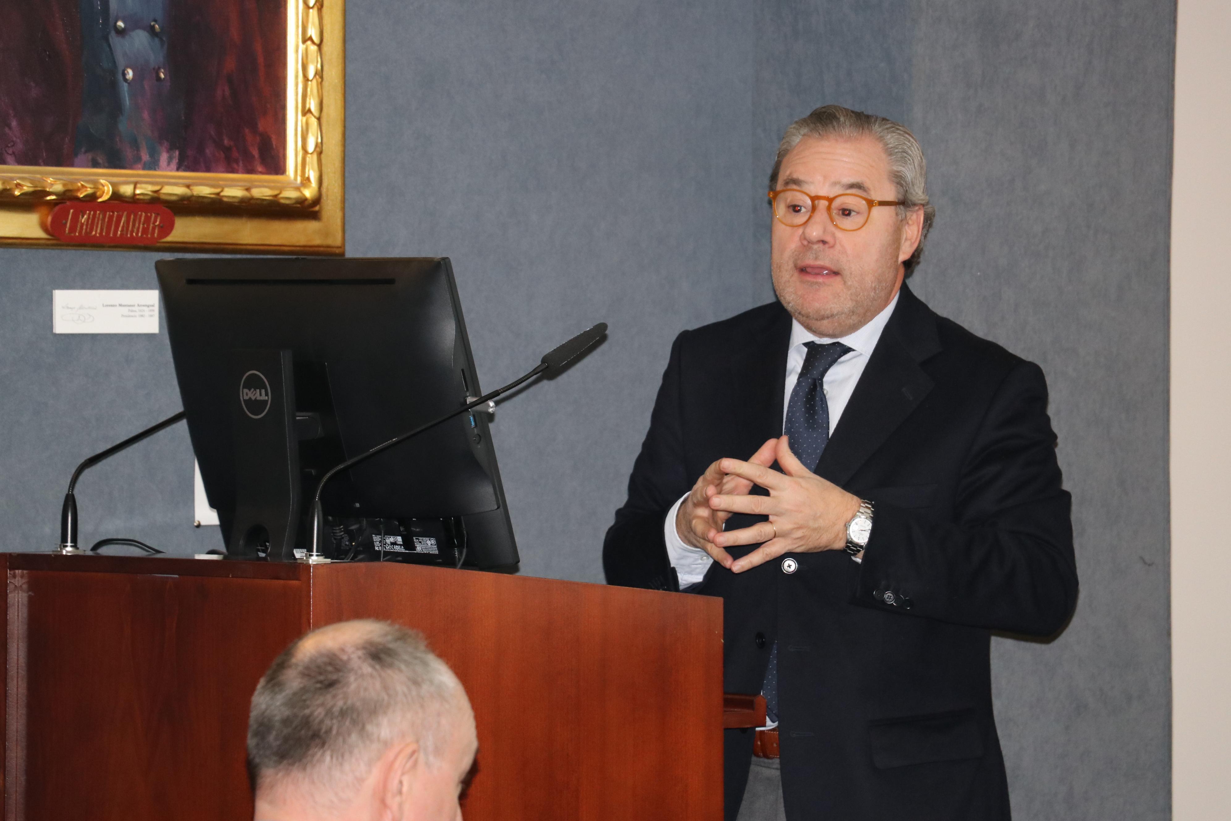 El Dr. Arimany durante la conferencia