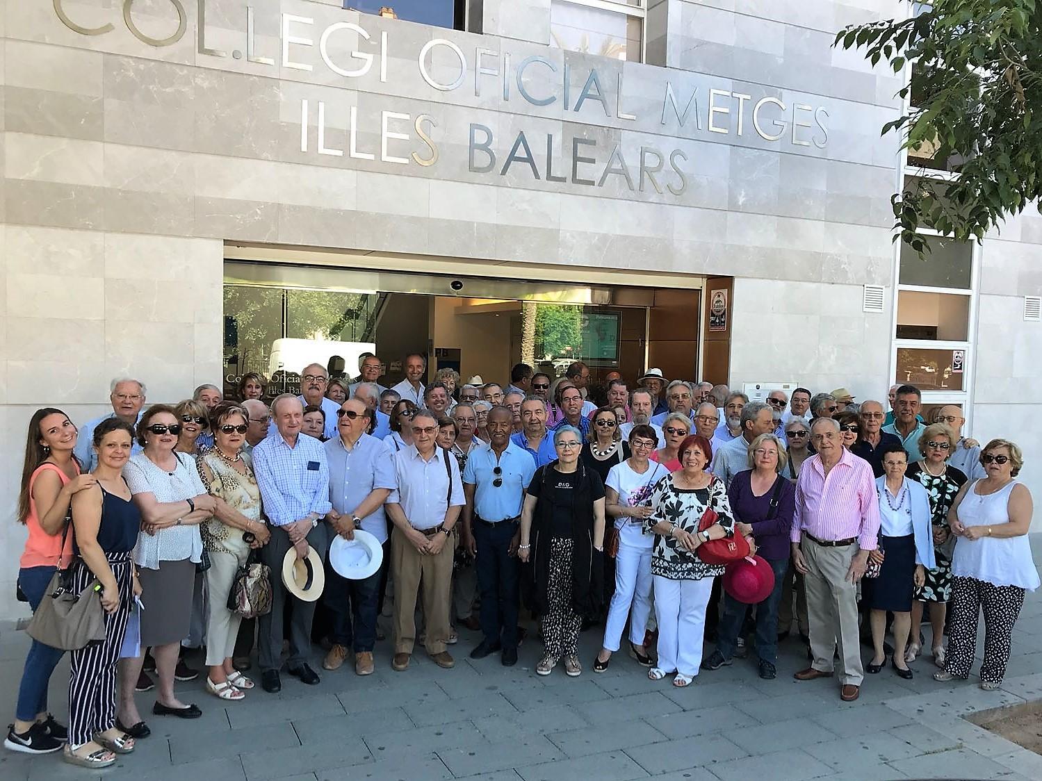 Antes de iniciar el recorrido cultural, los participantes se hicieron la tradicional foto de familia en la entrada de la sede colegial