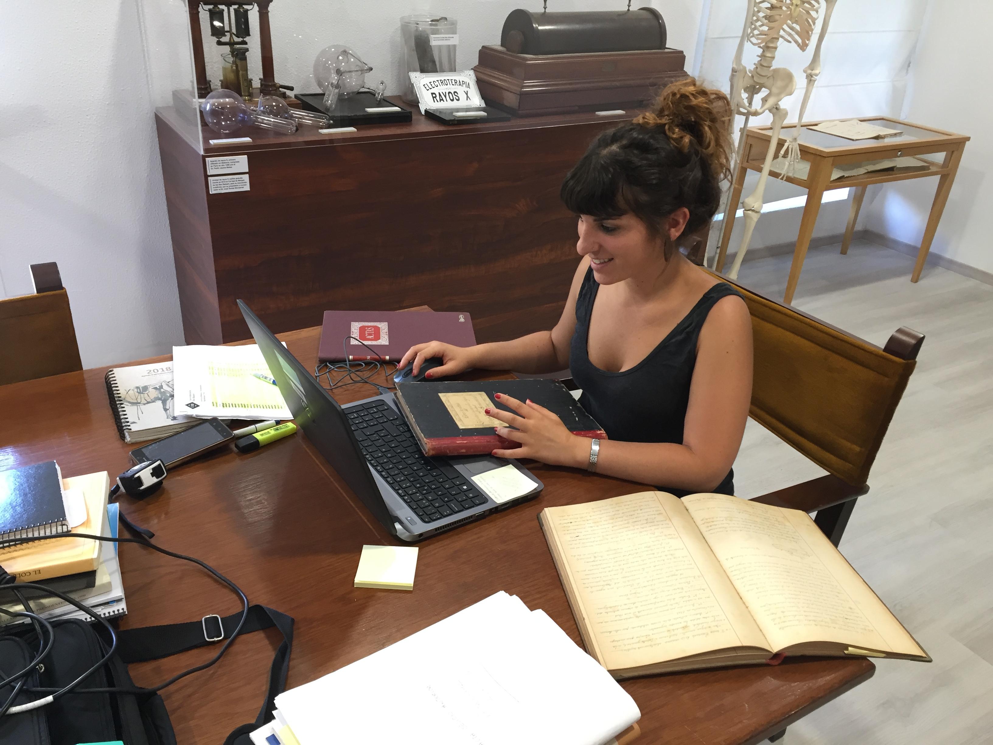 Técnicos de la UIB llevan a cabo la labor de catalogación y digitalización del archivo histórico del Comib