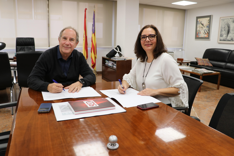 El Dr. Juli Fuster y la Dra. Manuela García firmaron el convenio en la sede del Ib-Salut