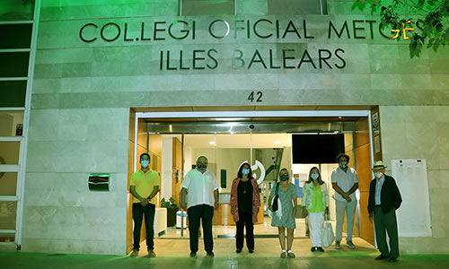 El Col·legi de Metges de Balears se suma a la conmemoración del Día Mundial de la Artritis con la iluminación en verde de su sede en Palma